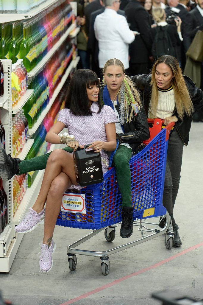 Cara Delevingne, Rihanna y Joan Smalls al finalizar el desfile de Chanel