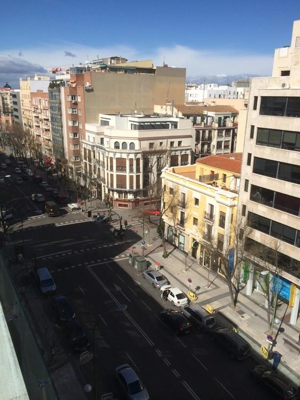 Magnífica vista de la calle Ortega y Gasset desde la terraza de la piscina superior