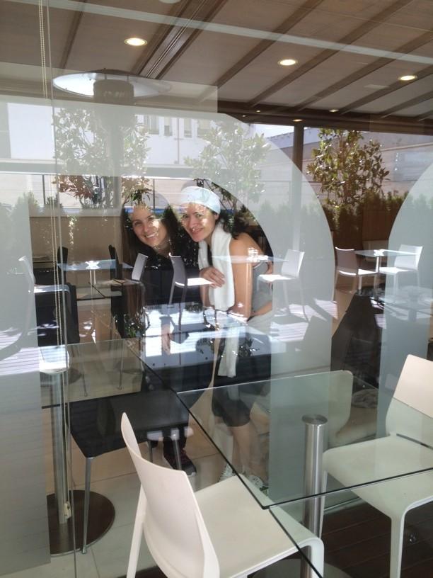 Lily Herrera y nuestra genial guía Slendy, en la cafetería del club