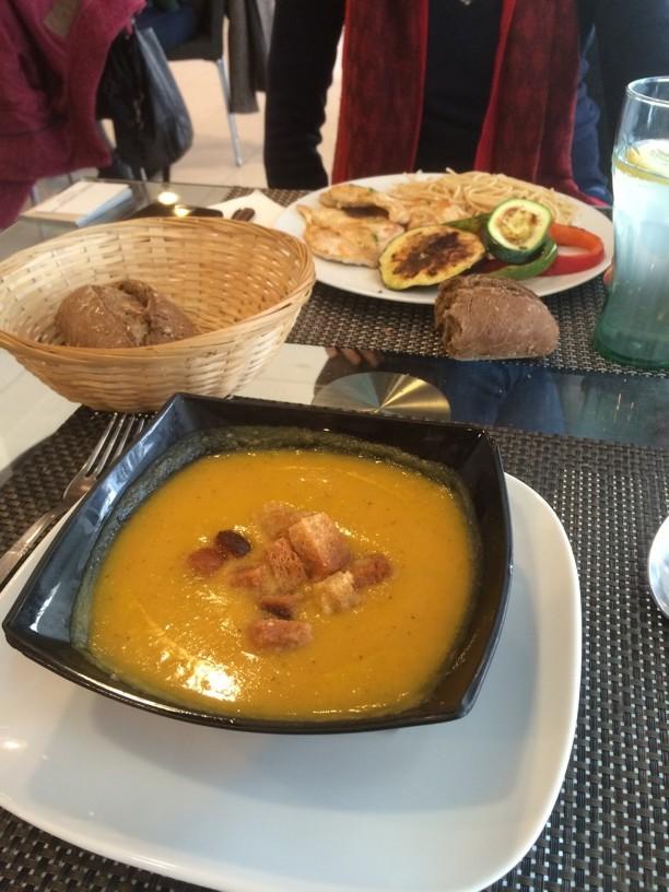 Comiendo súper sano en la cafetería de Arsenal